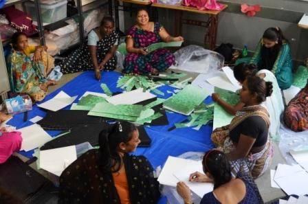Pardeshi vrouwen vouwen de Paper Vase Cover