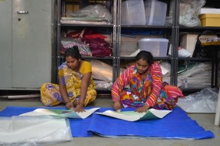 De Paper Vase Cover wordt met de hand gevouwen door Pardeshi vrouwen
