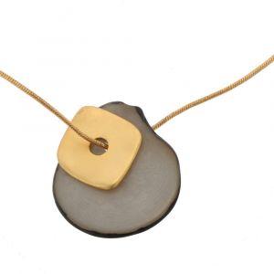 Sofia ketting met hanger van tagua en goudkleurig vierkantje - grijs